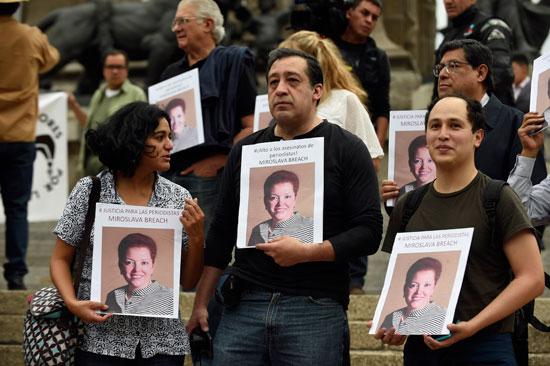 محتجين يحملون صور الصحفية التى تم اغتيالها