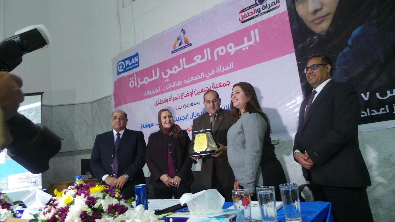 المحافظ يكرم الدكتورة نانسى نعيم
