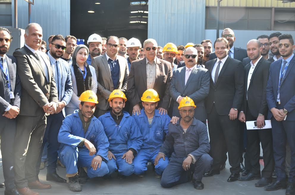 7- المحافظ مع عمال المنطقة الصناعية