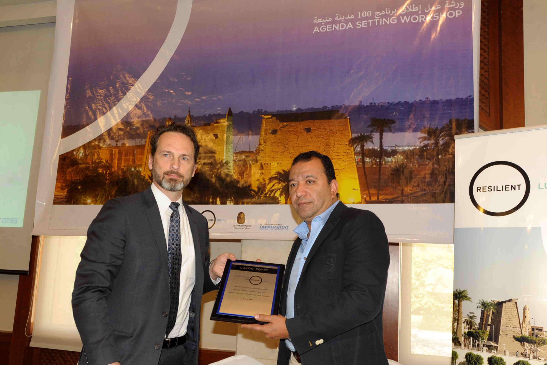1- محافظ الأقصر يتسلم درع عضوية 100 مدينة مرنة حول العالم من الأمم المتحدة