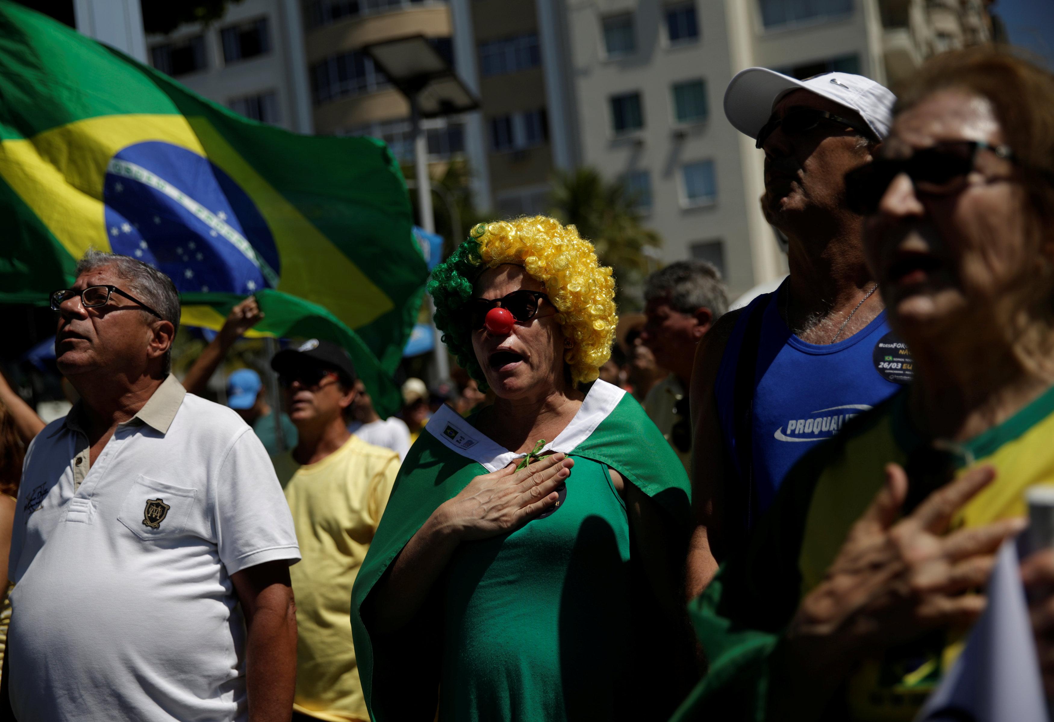 سيدات يشاركن فى احتجاجات البرازيل