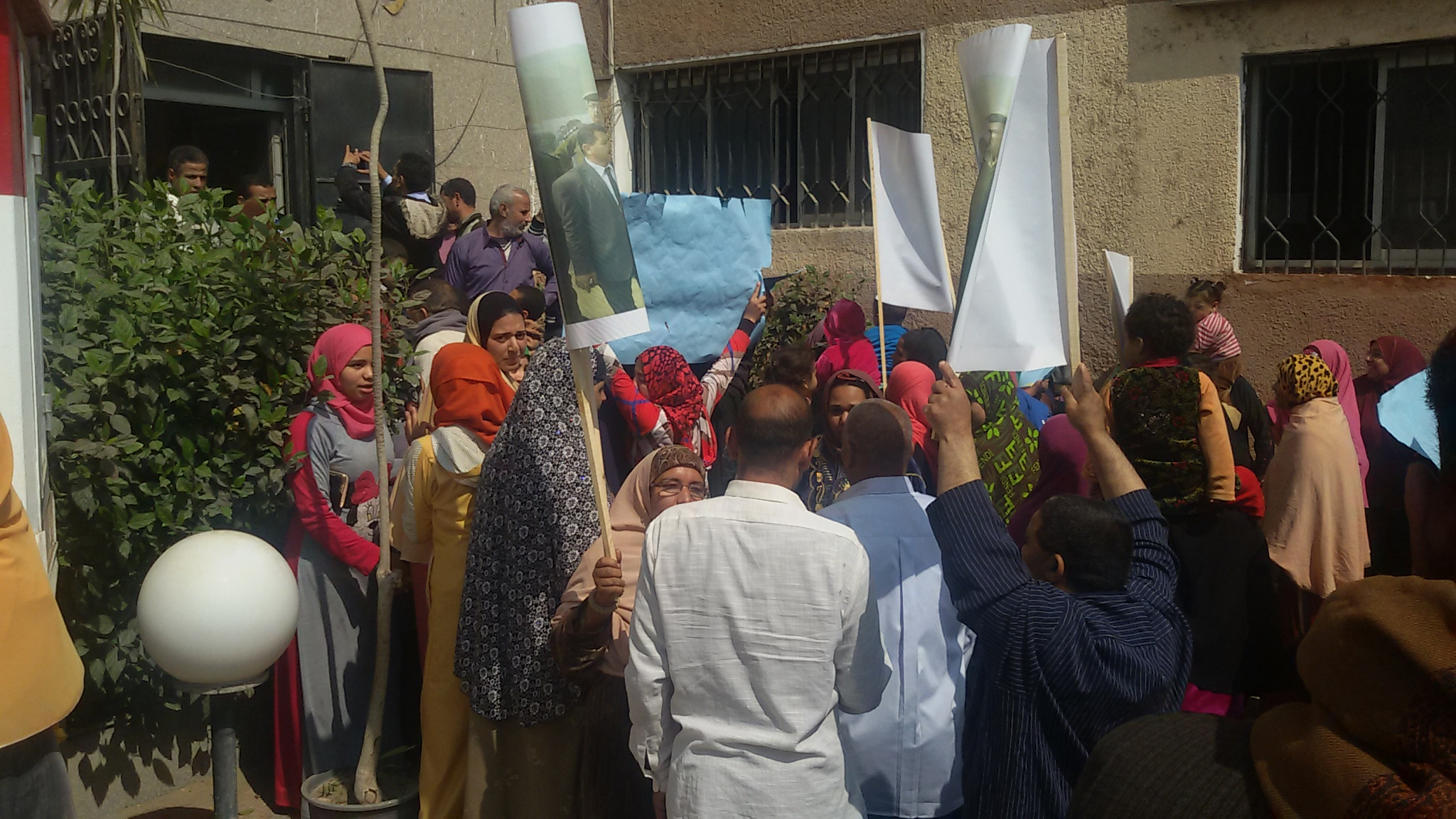 الاهالى يتظاهرون للابقاء على رئيس المدينة