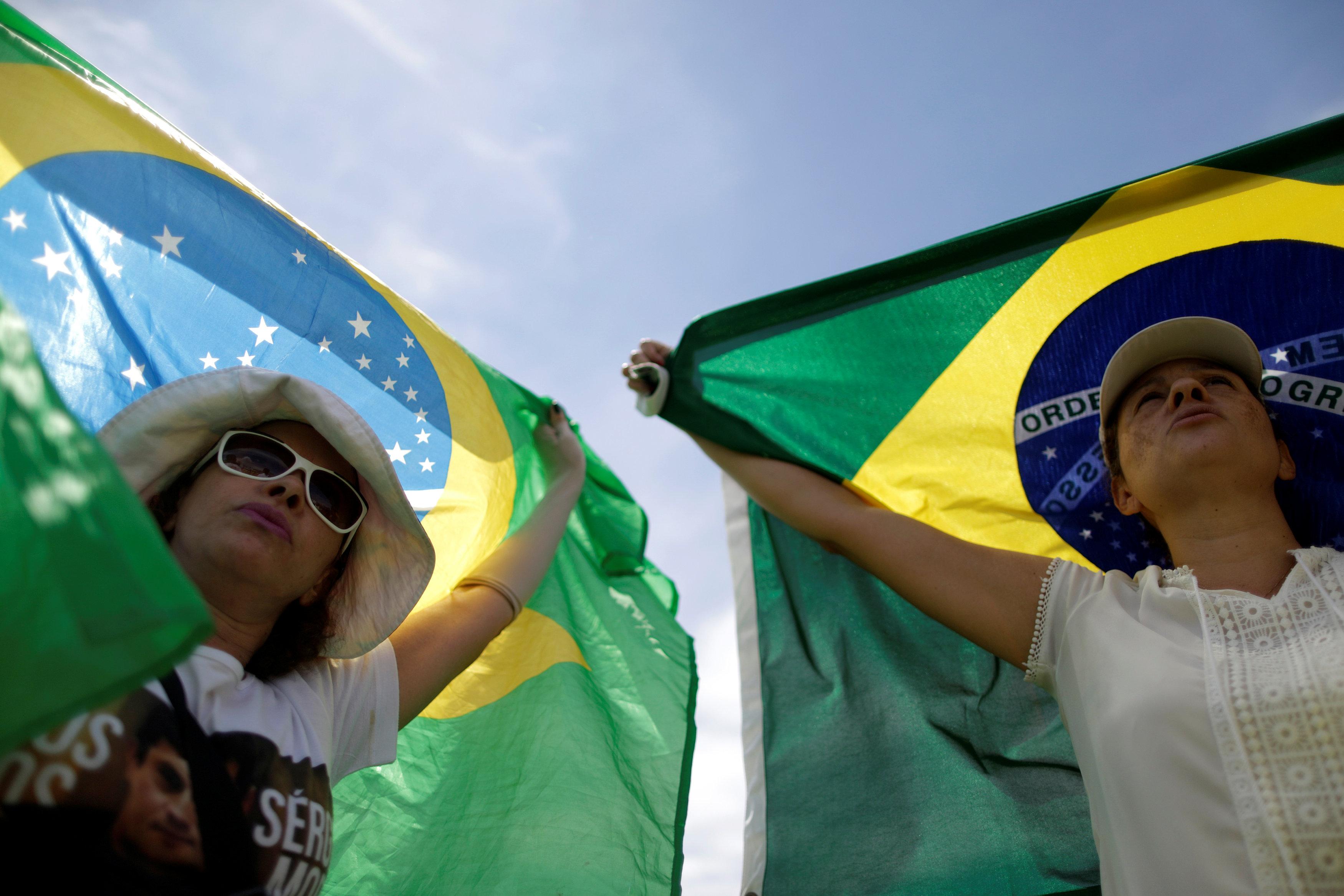 متظاهرتان يحملن علم البرازيل