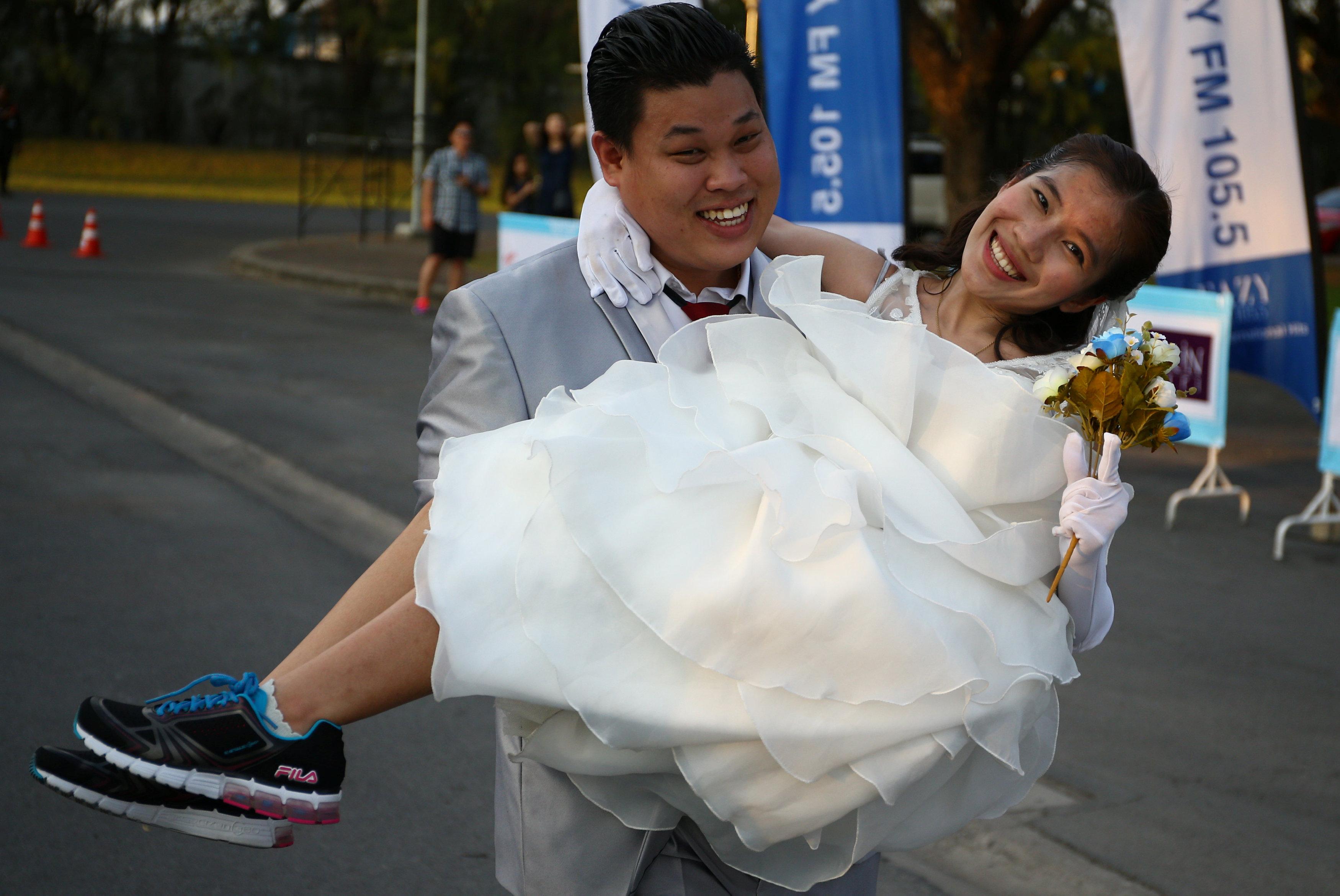 عريس يحمل عروسته