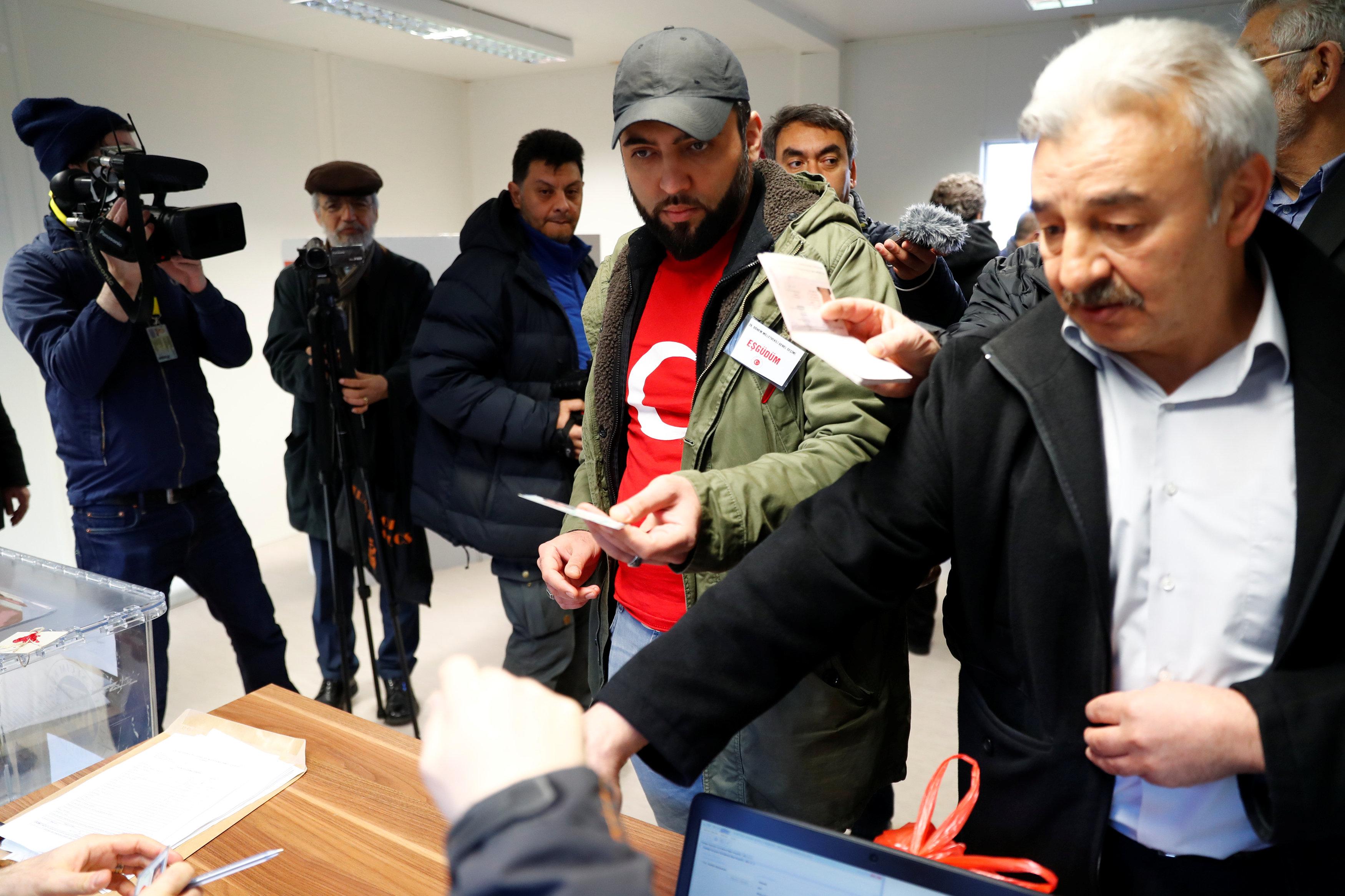 استفتاء الأتراك في الخارج (6)