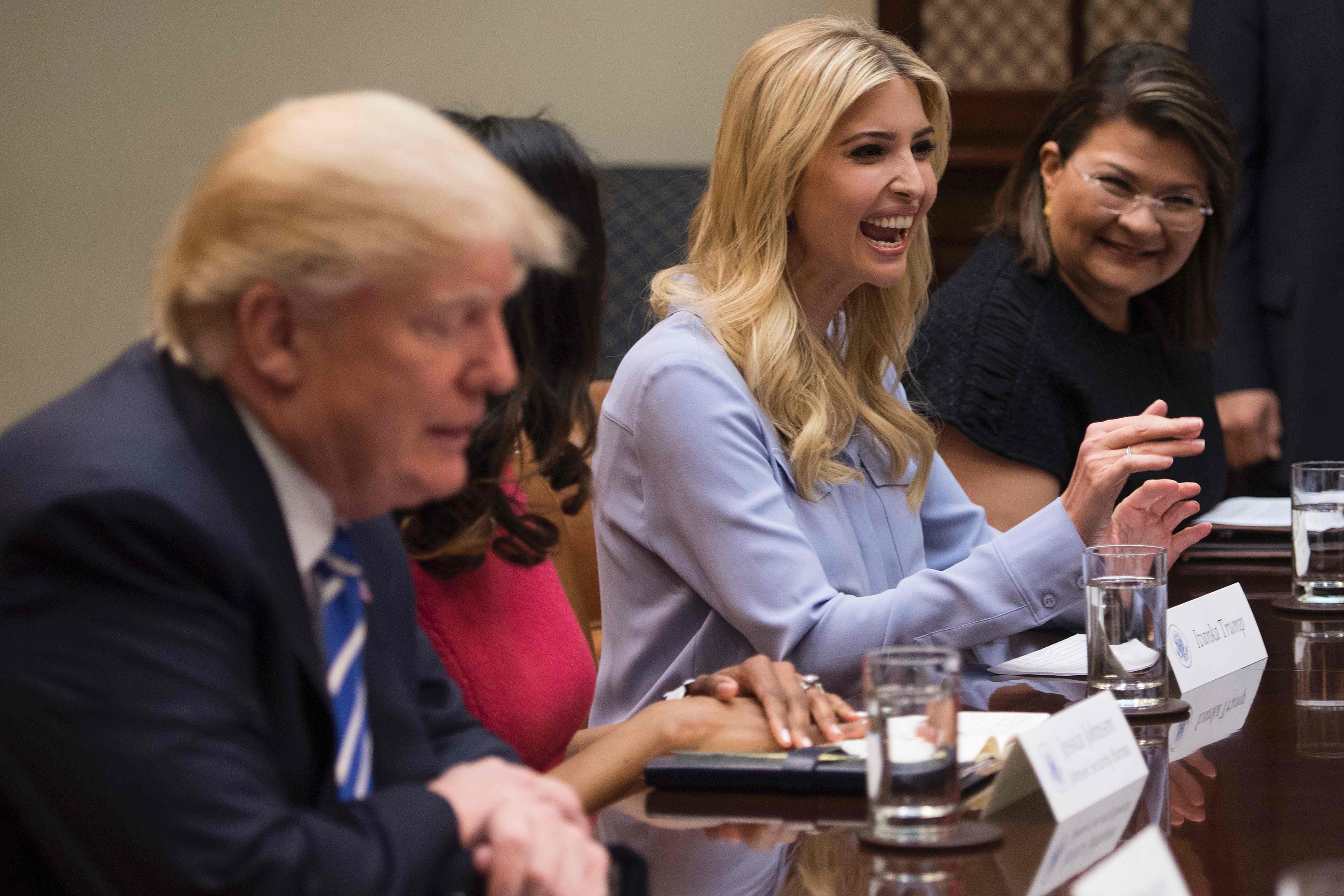 اجتماع ترامب بالنساء  (5)