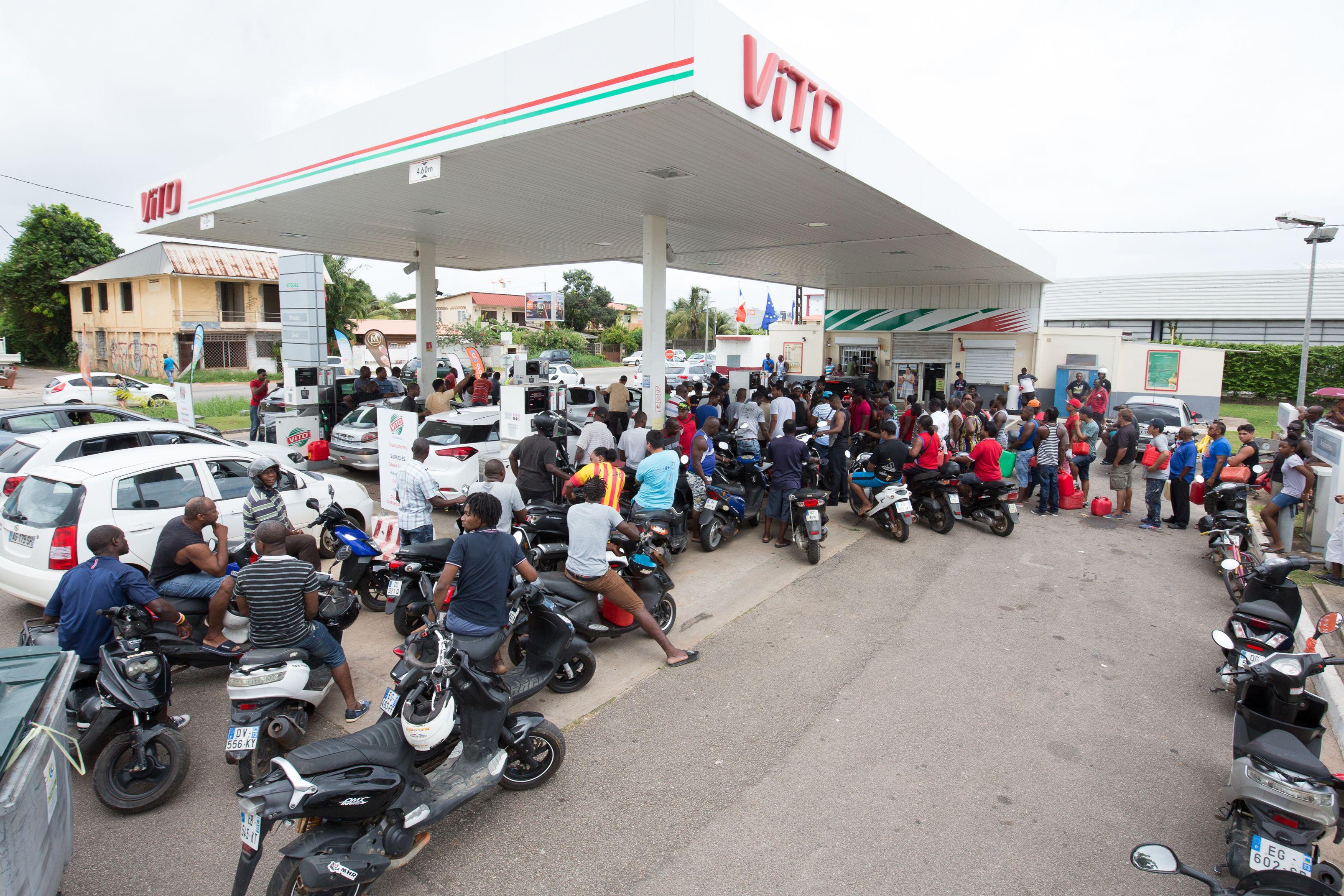 المحتجين يغلقون محطة  للوقود