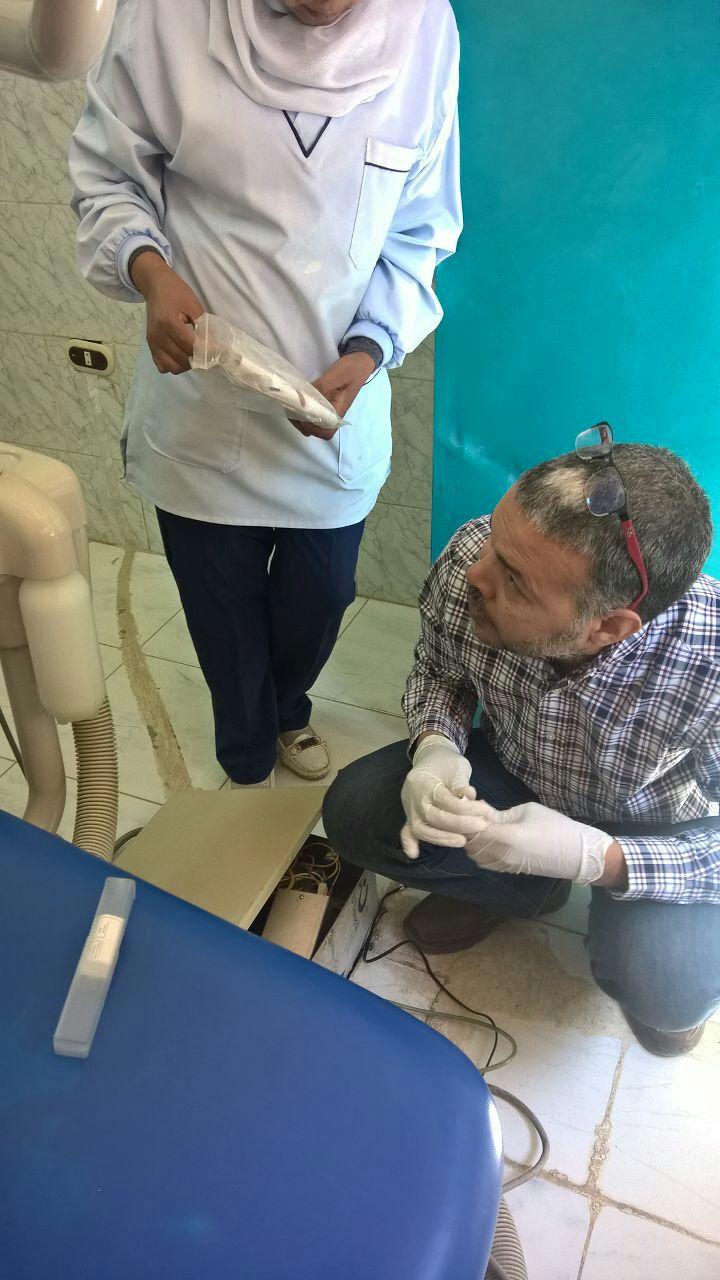 مدير ادارة الاسنان يصلح جهاز معطل بمستشفي نقادة المركزى