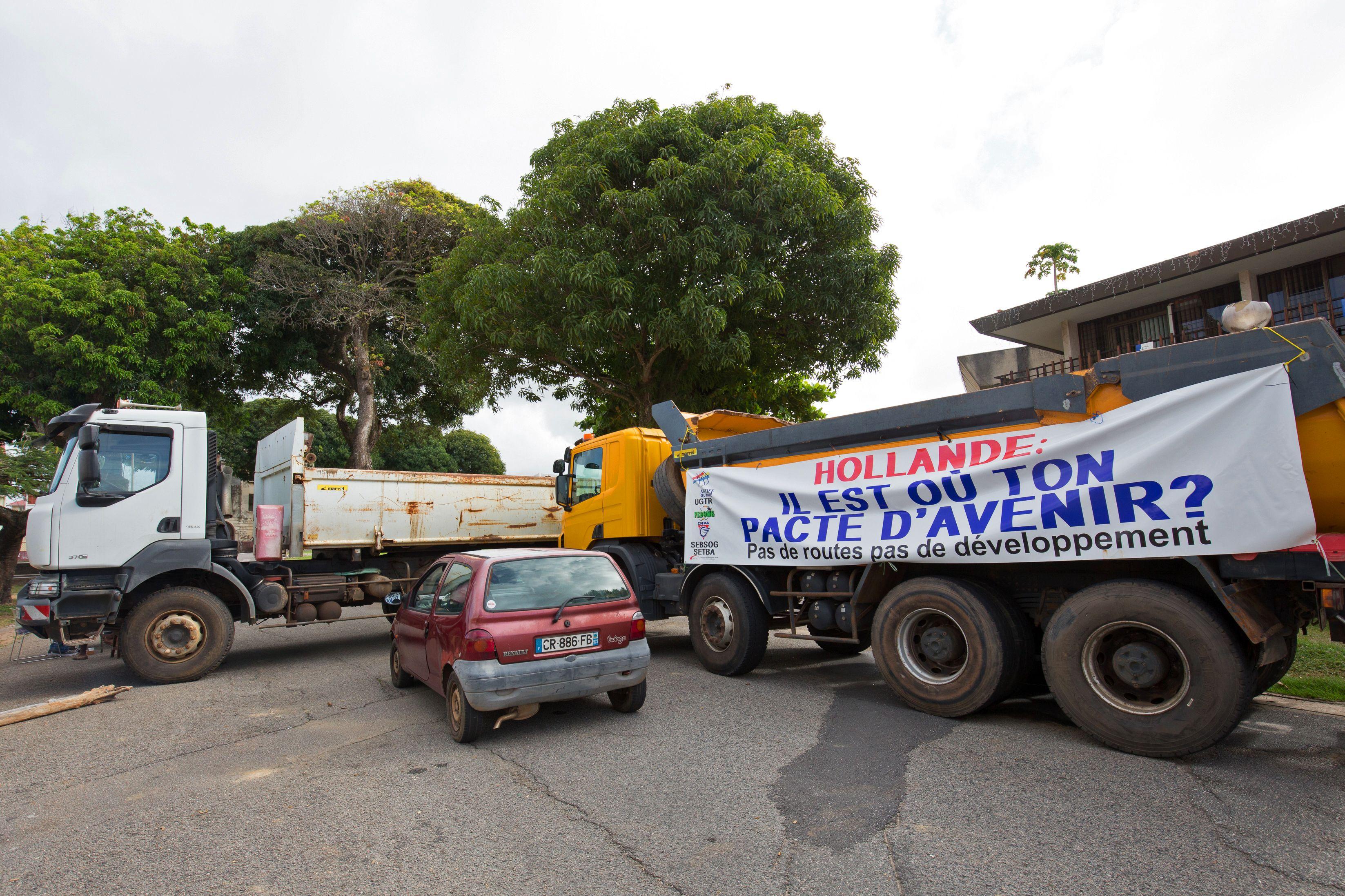 قطع الطرق بمركبات النقل الثقيل