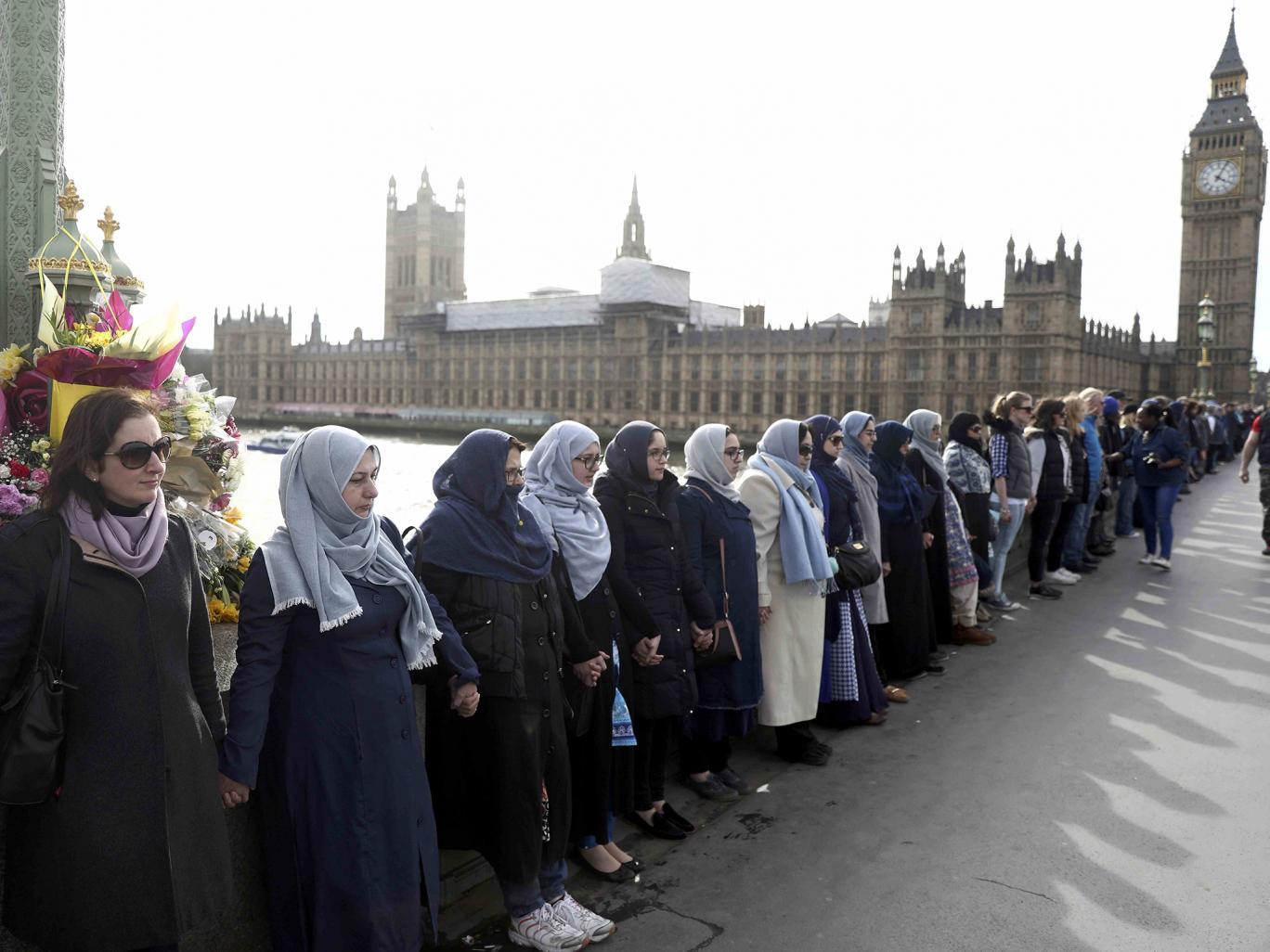 مسلمات يقفن على جسر وستمينستر تضامنا مع ضحايا الإرهاب فى لندن
