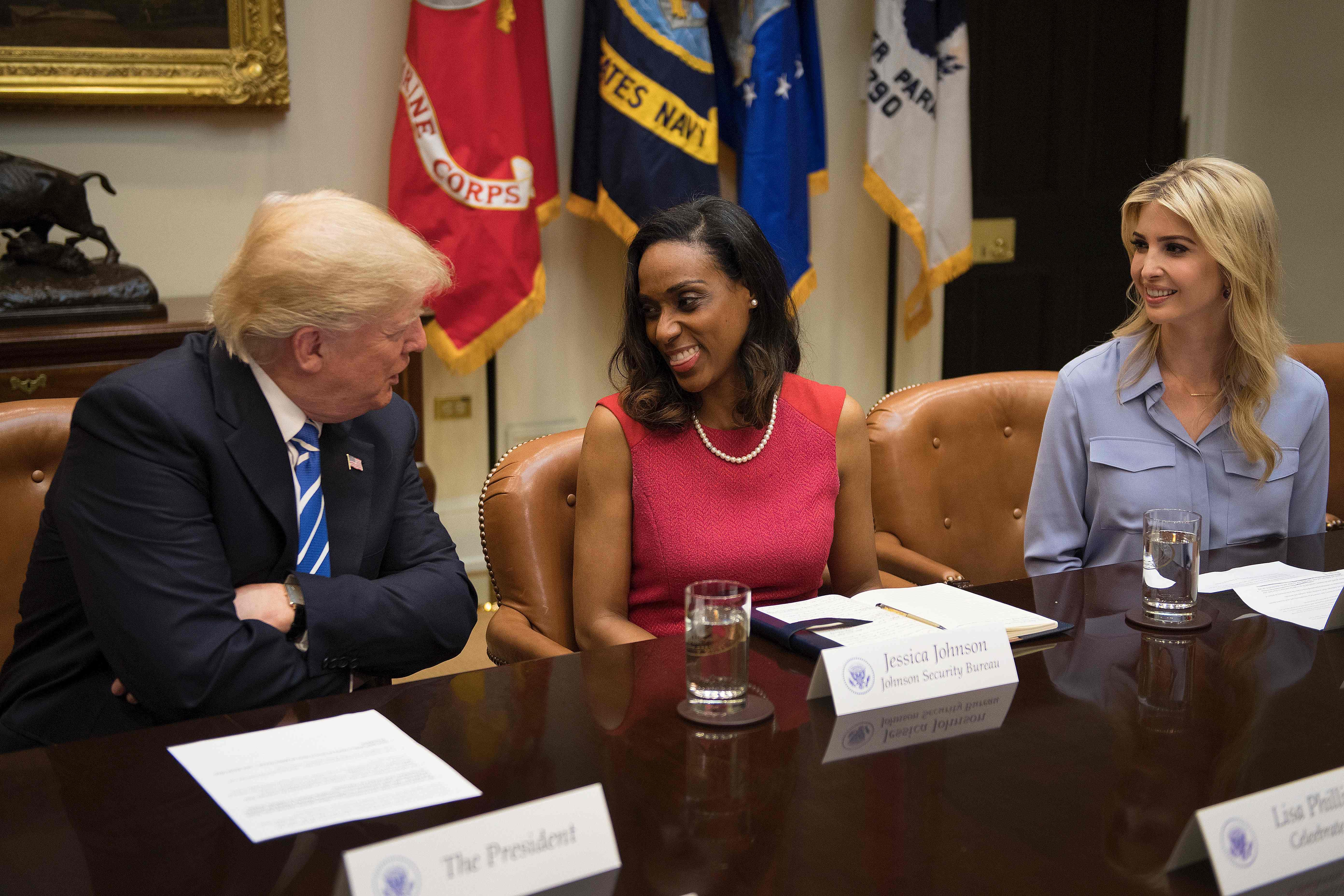 اجتماع ترامب بالنساء  (1)