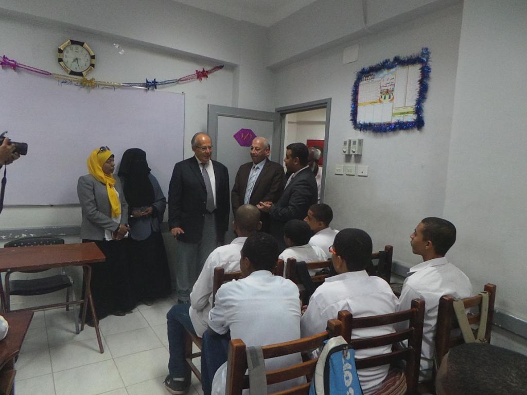 وزير التنمية المحلية يدخل فصول التمريض