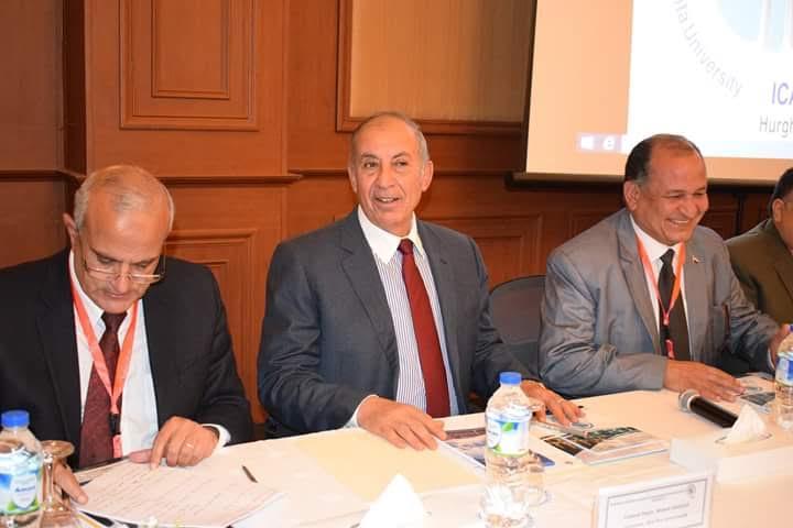 محافظ البحر الأحمر خلال حضورة جلسة المؤتمر