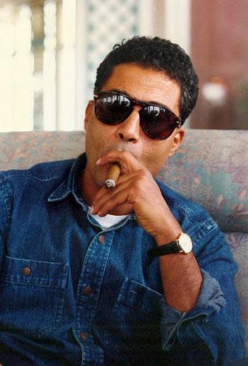 أحمد زكى يدخن