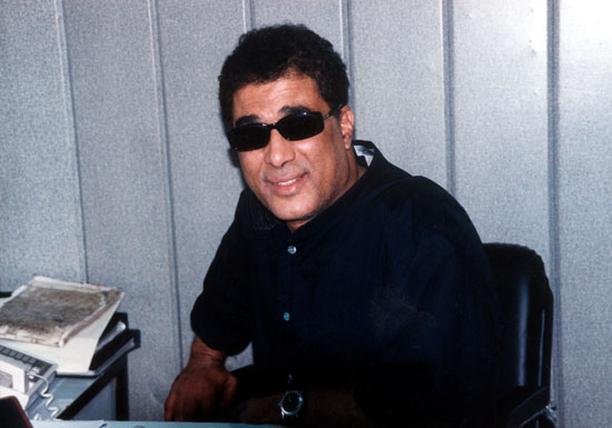 أحمد زكى فى مكتبه