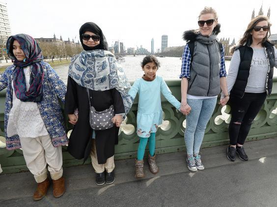 جانب من الوقفة النسائية لمسلمات من الطائفة الأحمدية