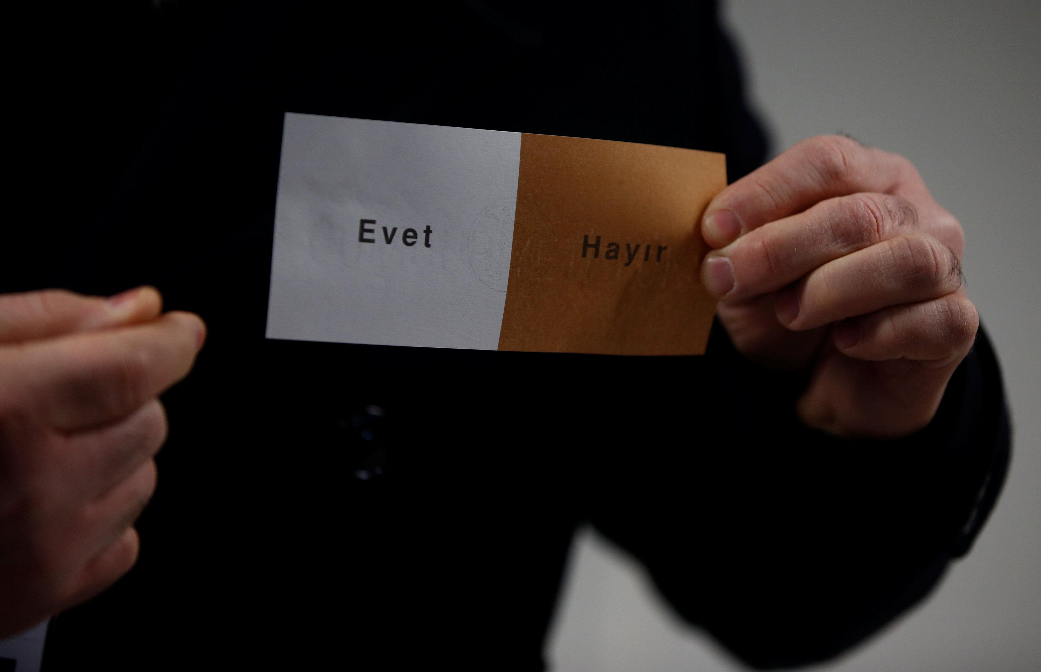 استفتاء الأتراك في الخارج (7)