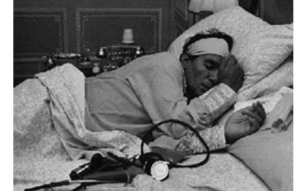 العندليب الأسمر عبد الحليم حافظ أثناء مرضه