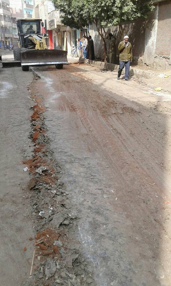 رفع الطبقة الطينية من شوارع القوصية (9)