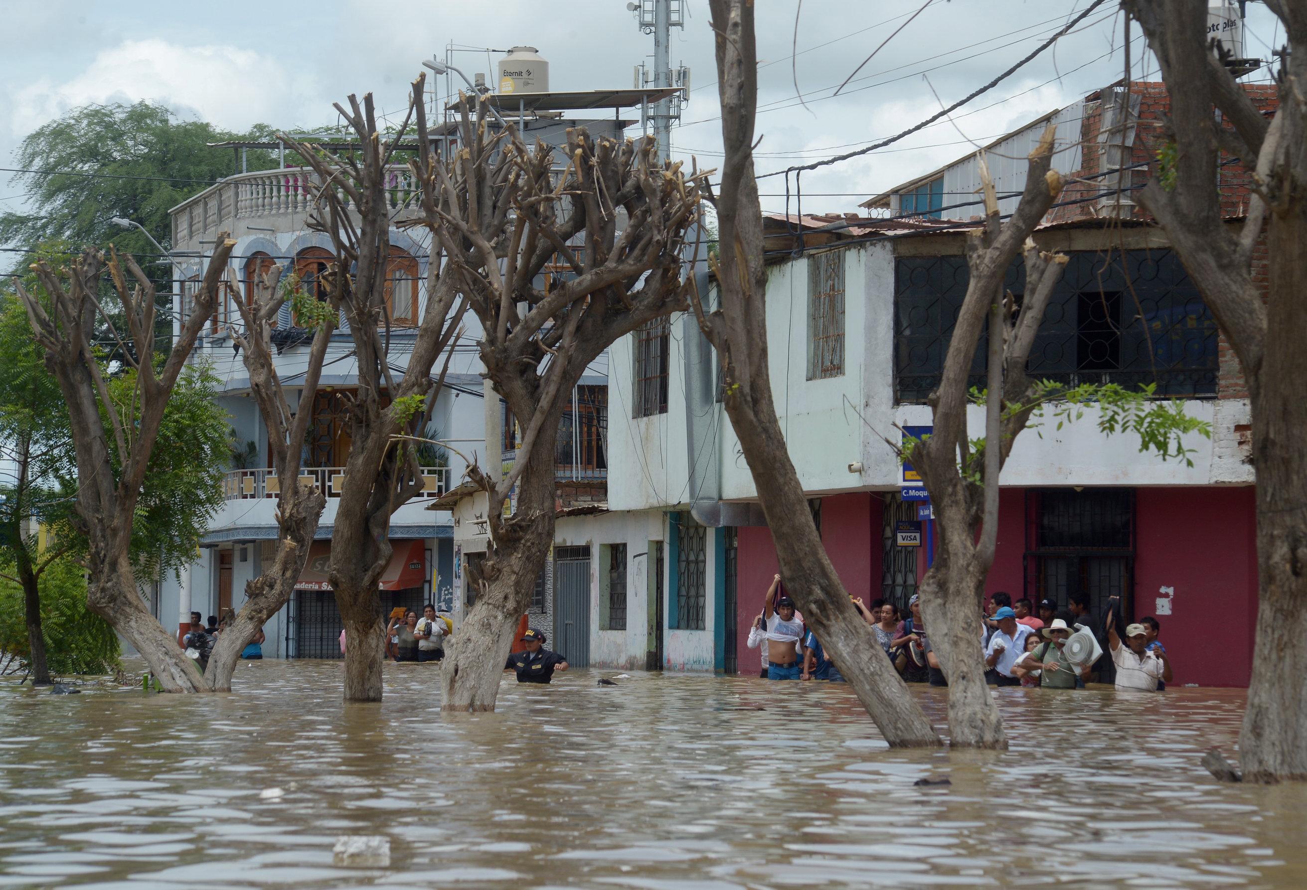 المياة تغطى الشوارع