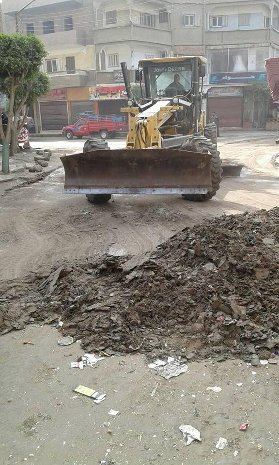 رفع الطبقة الطينية من شوارع القوصية (7)