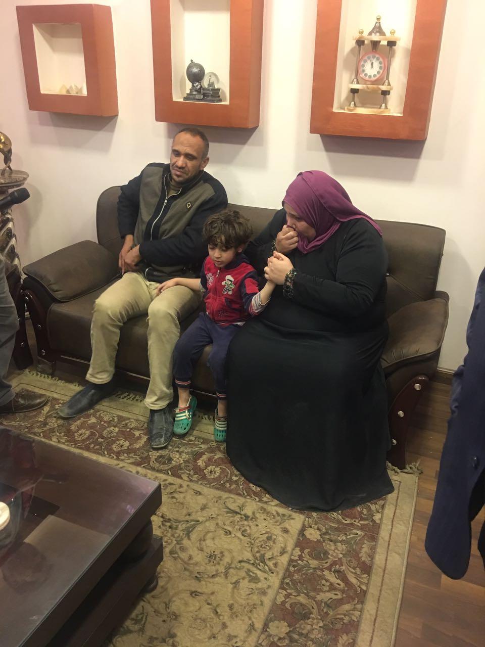 الطفل المختطف مع والديه