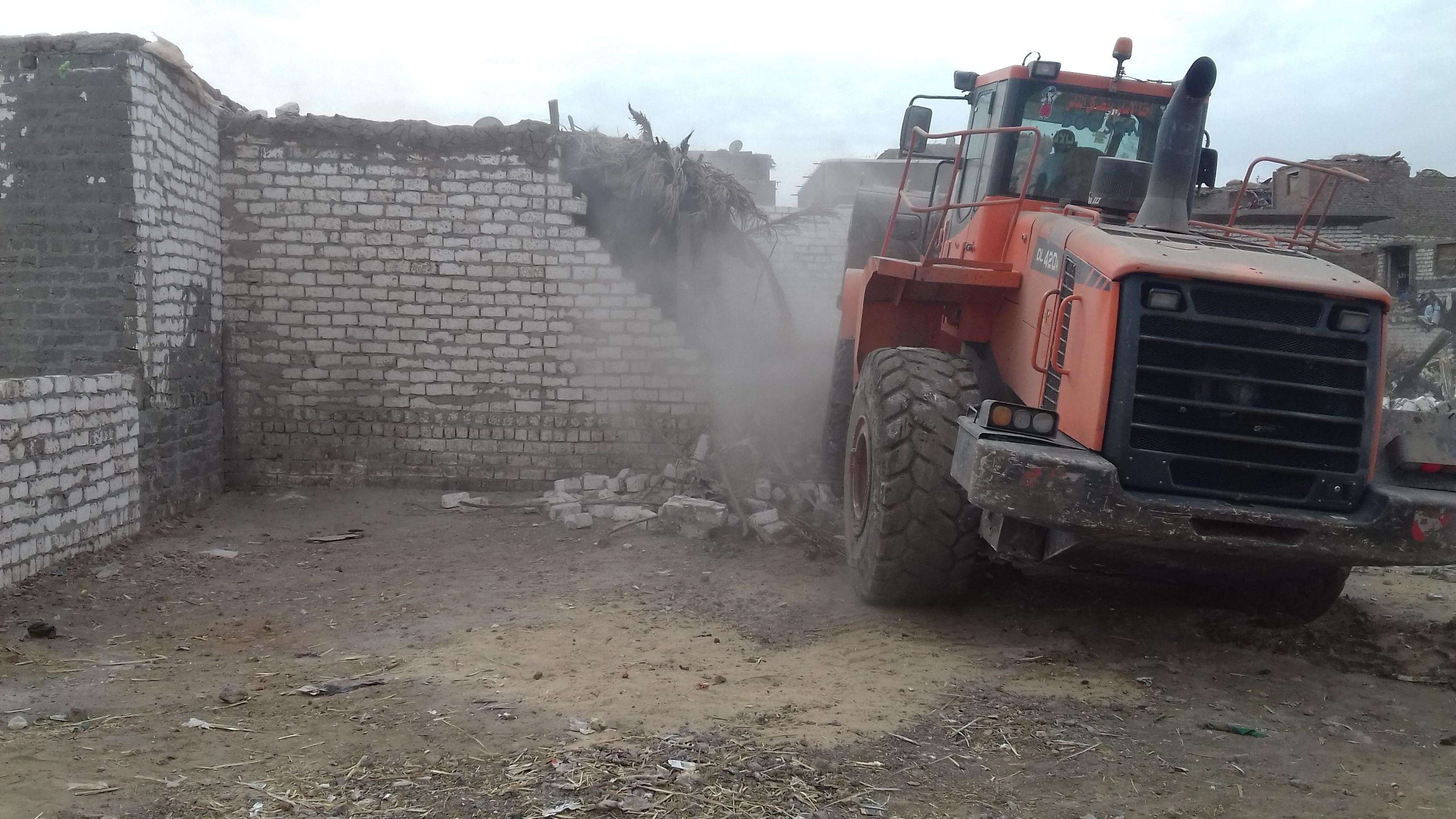 ازالة 27 حالة تعدى على مجرى نهر النيل بمركز بملوي بالمنيا  (5)