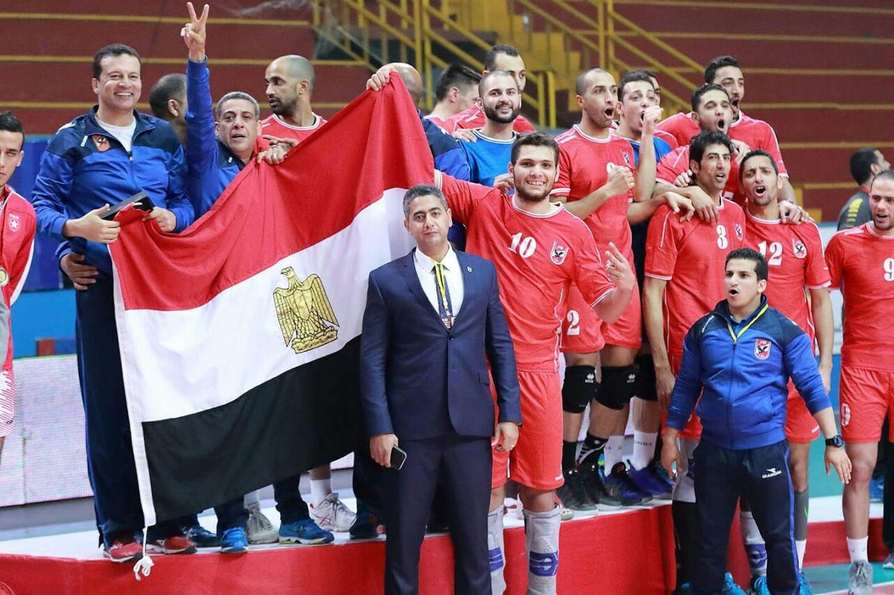 لاعبو الاهلي يرفعون علي مصر