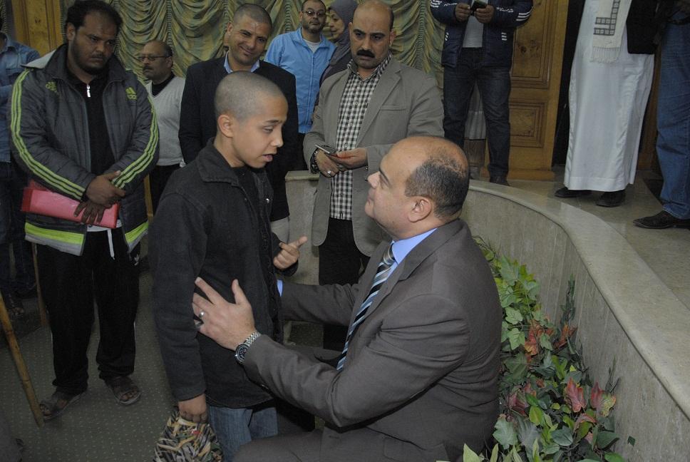 اللواء علاء أبو زيد يستمع لطفل معاق