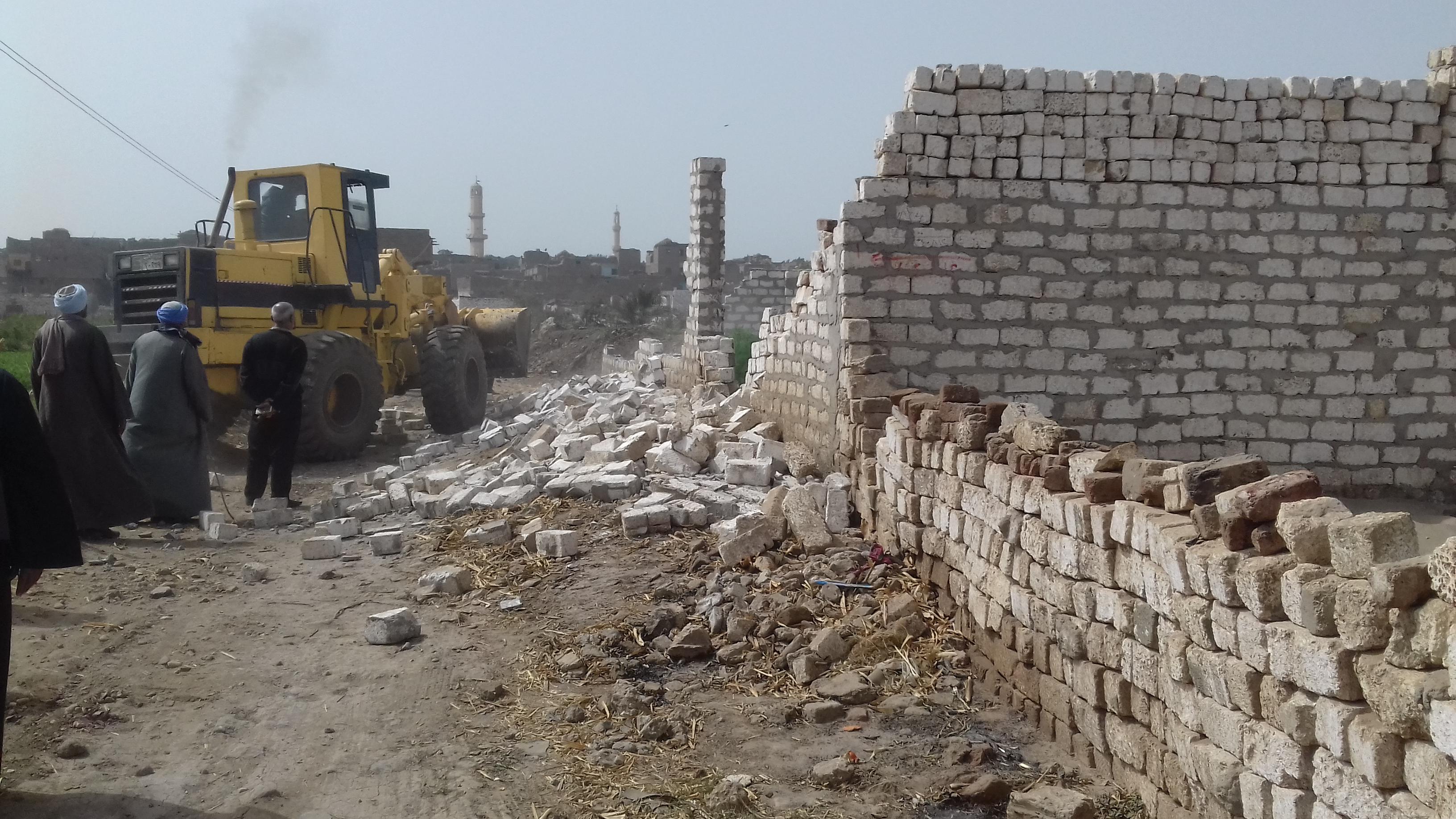 ازالة 27 حالة تعدى على مجرى نهر النيل بمركز بملوي بالمنيا  (1)