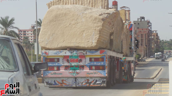 سيارات النقل الثقيل تنقل كتل الجرانيت