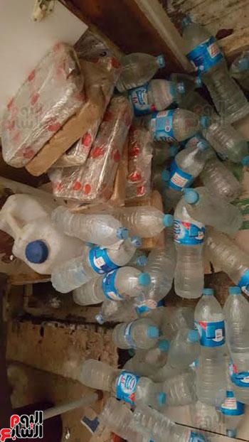 ضبط زجاجات مياه منتهية الصلاحية