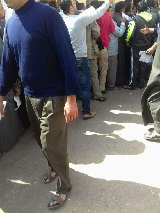 المواطنين فى طابور أمام المرور فى انتظار دورهم