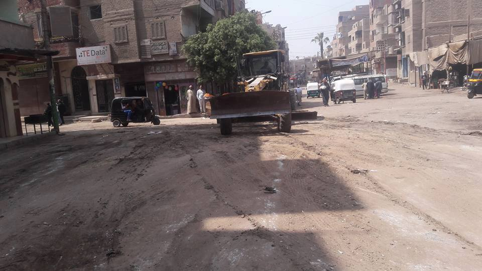 رفع الطبقة الطينية من شوارع القوصية (5)