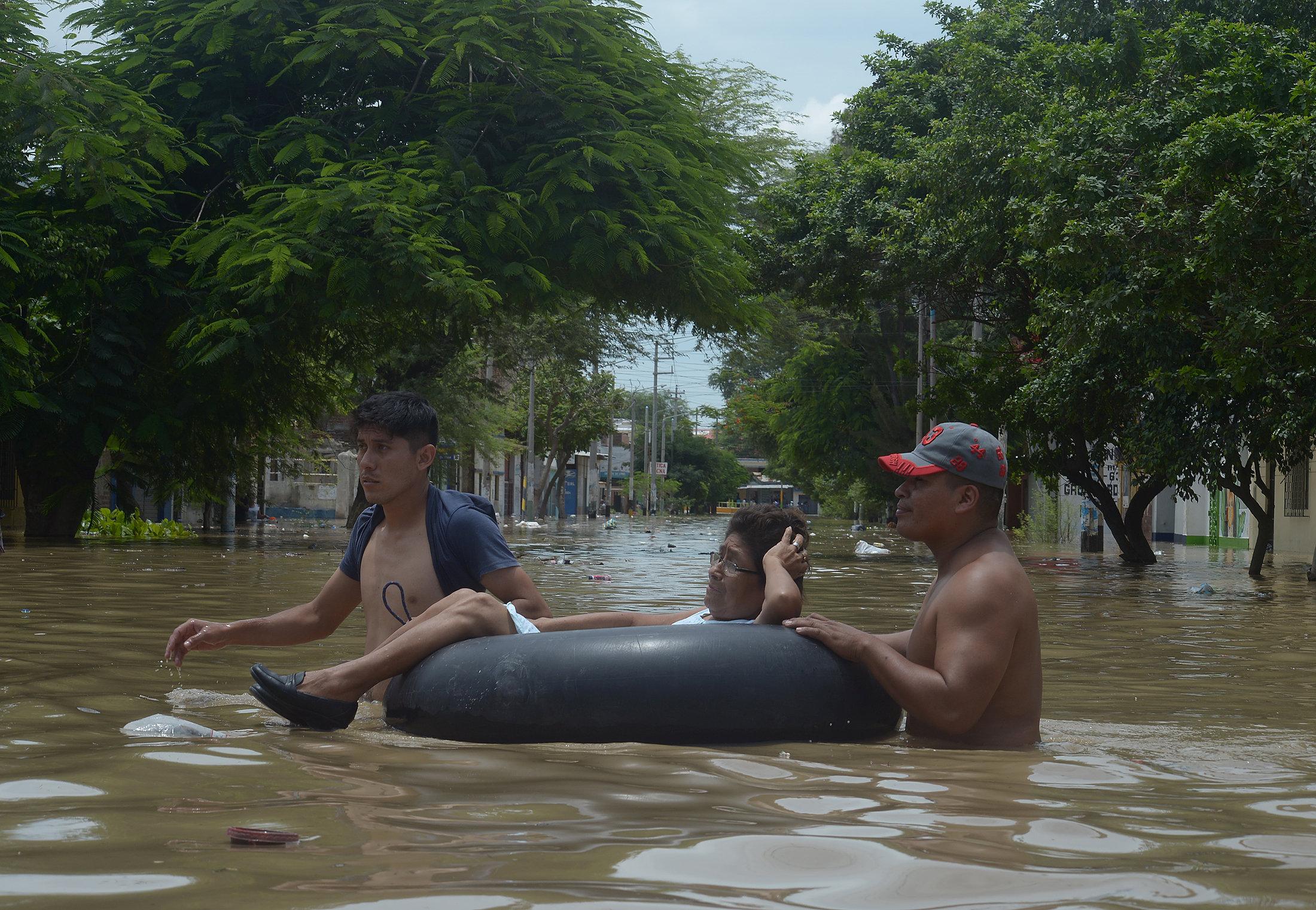 مواطنين يستخدمون العوامات لعبور الشوارع