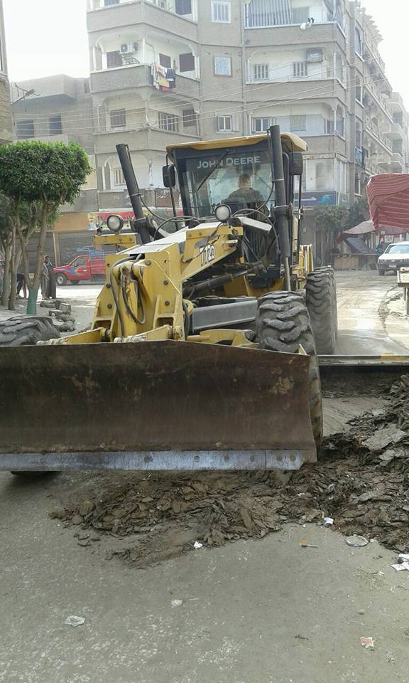 رفع الطبقة الطينية من شوارع القوصية (3)