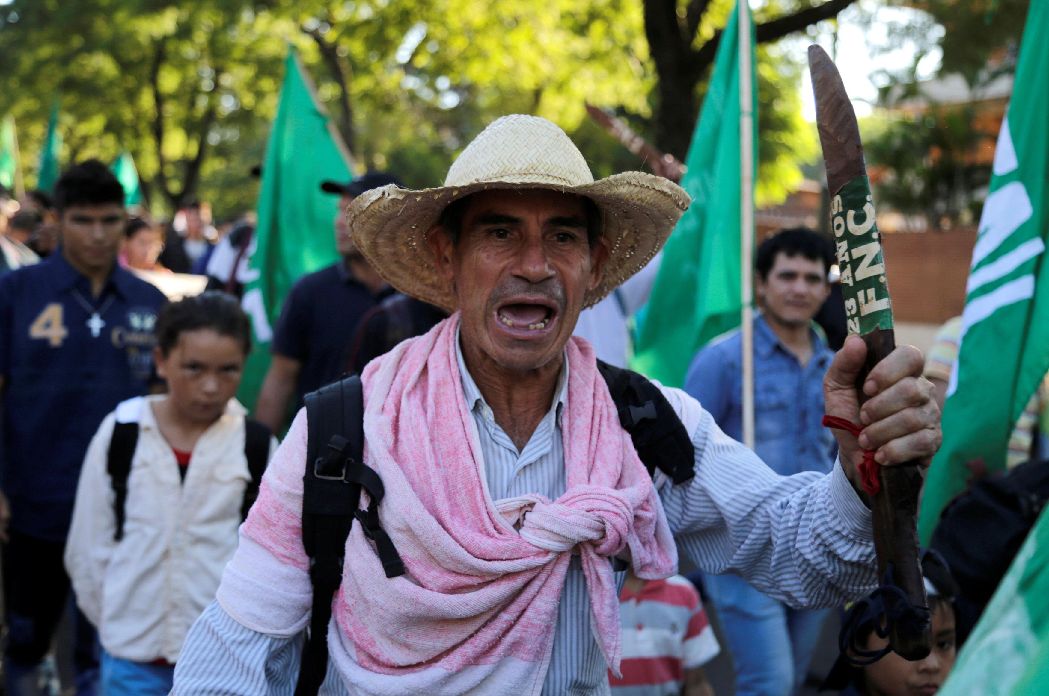 تظاهر أعضاء المزارعين للمطالبة بإصلاحات زراعية