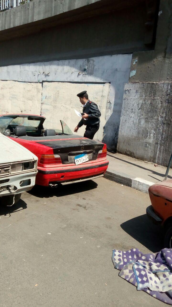 رصد سيارة متروكة بالشارع