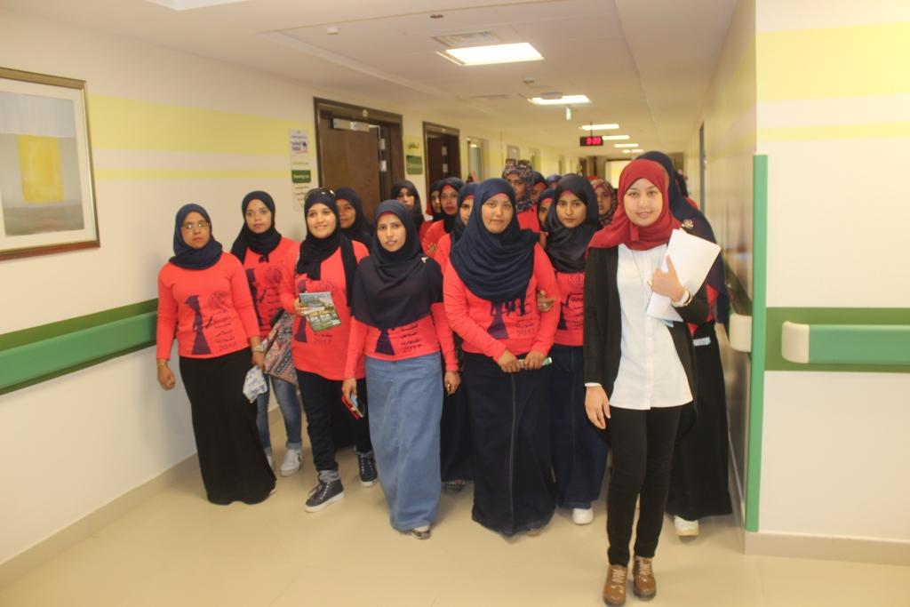 5- جانب من زيارة الطالبات للمستشفي لتقديم الدعم للمرضي