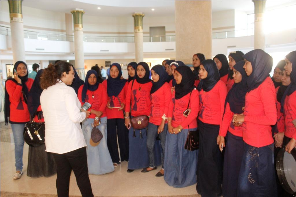 2- جولة الطالبات داخل المستشفي خلال التبرع لدعم مرضي السرطان