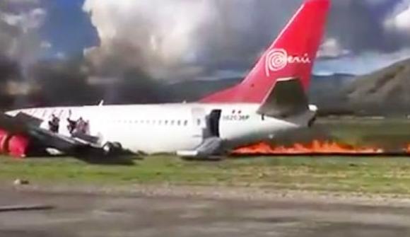 طائرة بيرو تحترق