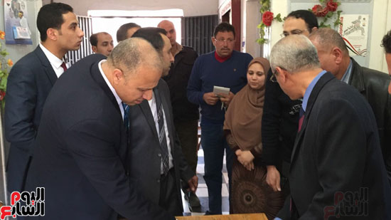 فريق النيابة الإدارية فى جولة مفاجئة داخل مركز شباب ميت غزال