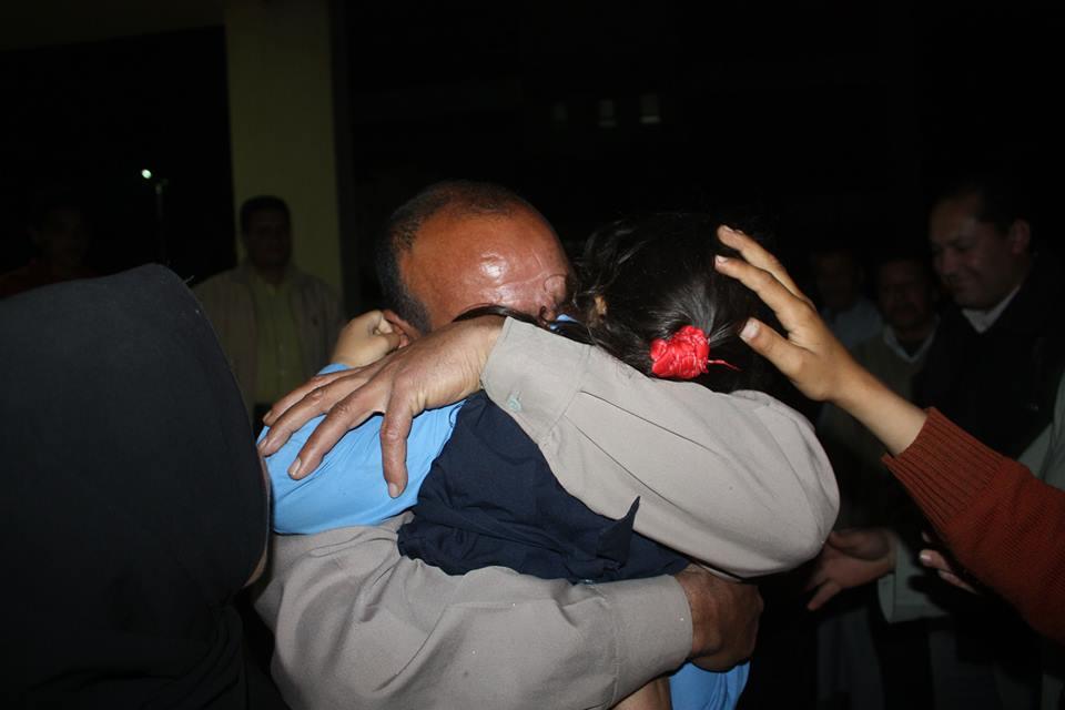 والد الطفلة يحتضنها ويبكي