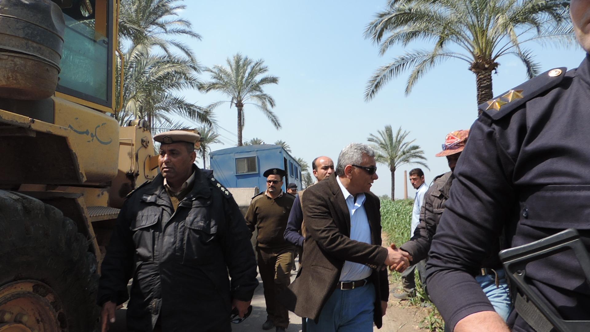 مدير تأمين البحيرة يقود حملة لازالة التعديات على نهر النيل