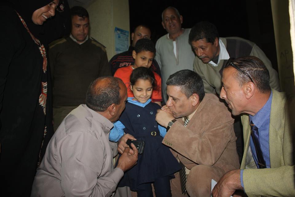 محمد شتا مدير إدارة دسوق يقبل يد الطفلة عقب عودتها