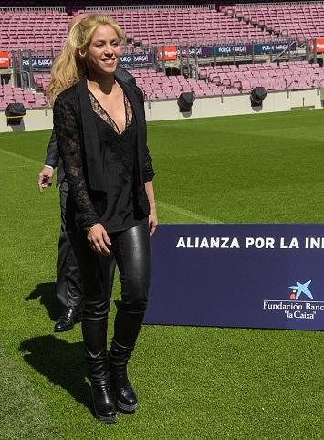 النجمة الكولومبية شاكيرا فى الملعب