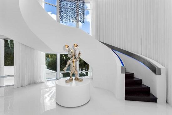 تمثال لميكى ماوس