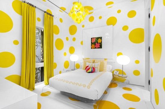 غرفة نوم بالأصفر والأبيض فى قصر تومى هيلفيجر
