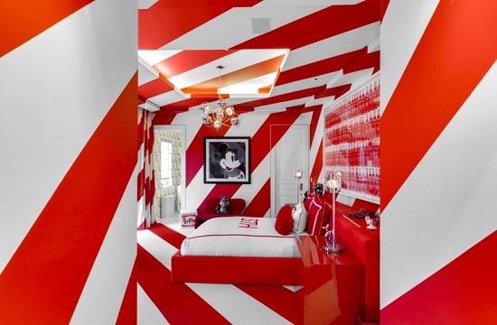 غرفة نوم بالأحمر والأبيض فى قصر تومى هيلفيجر