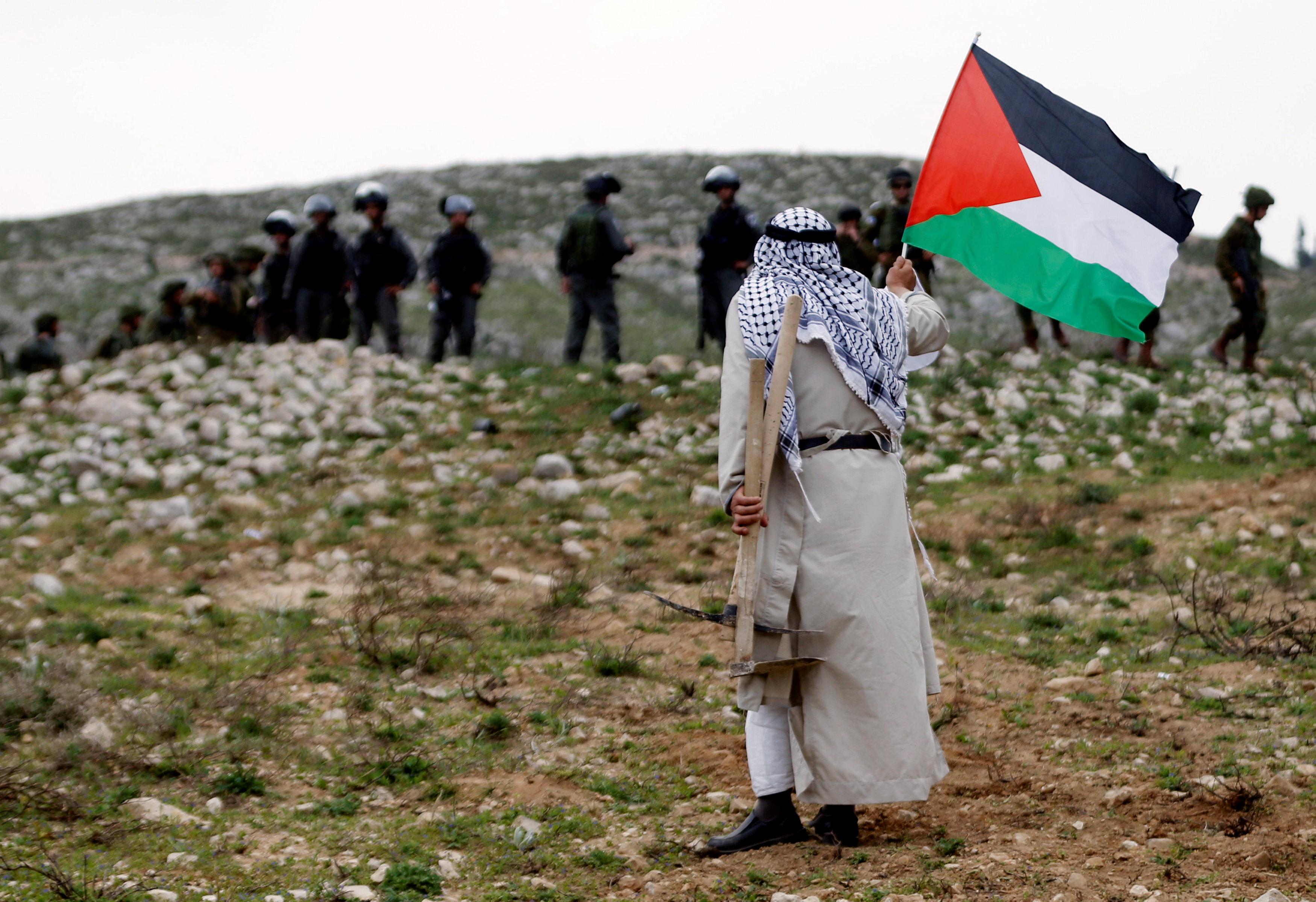 رفع العلم الفلسطينى